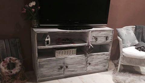 Renovovaná skříň na televizní stolek