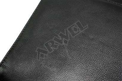 Černá kožená aktovka s jednou velkou vnitřní přihrádkou