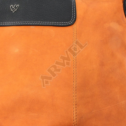 Koňakovočerná dámská zipová kožená kabelka