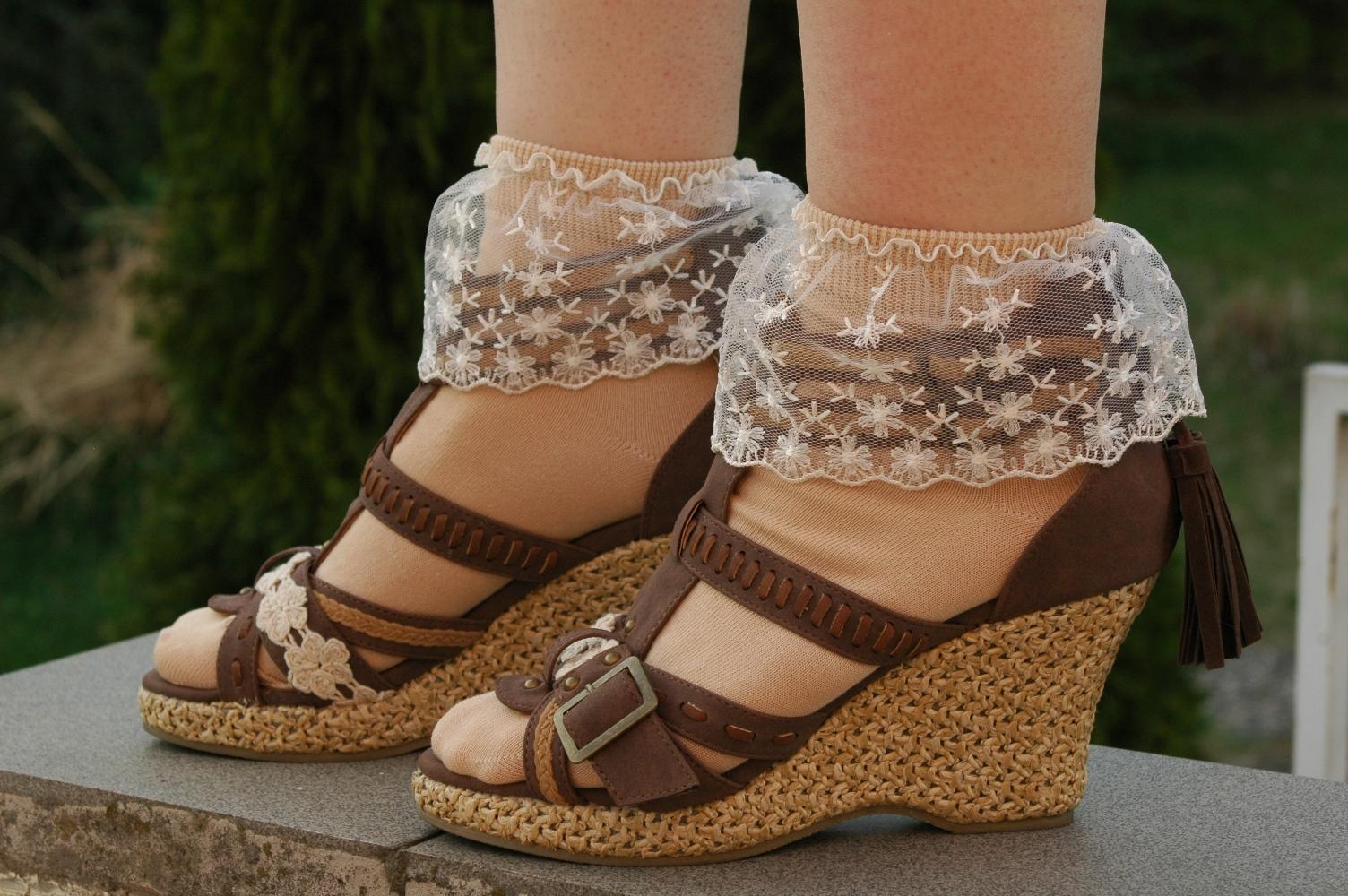 Mikešky v otevřených botách na podpatku